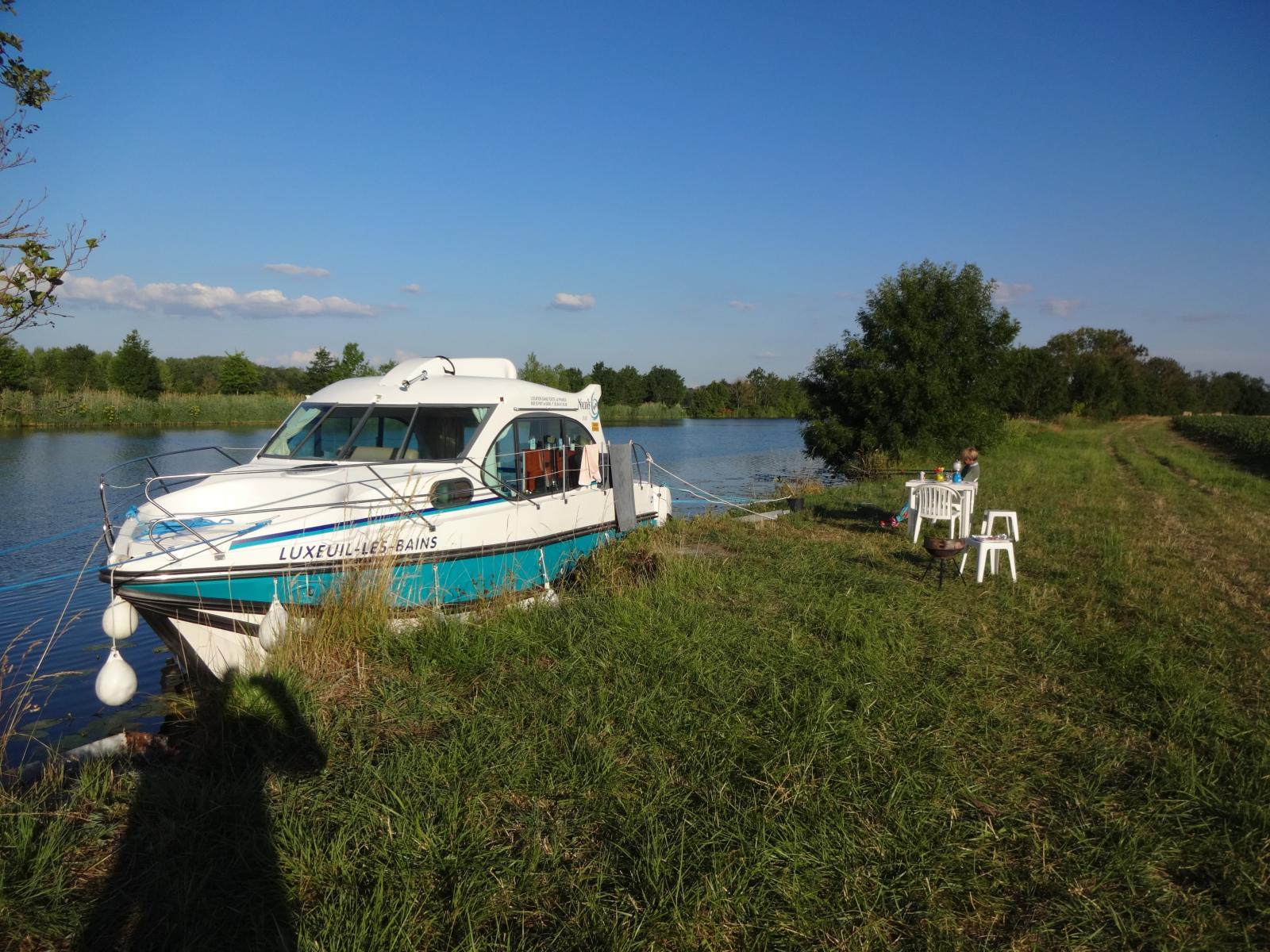 Mit dem Hausboot in der Natur anlegen