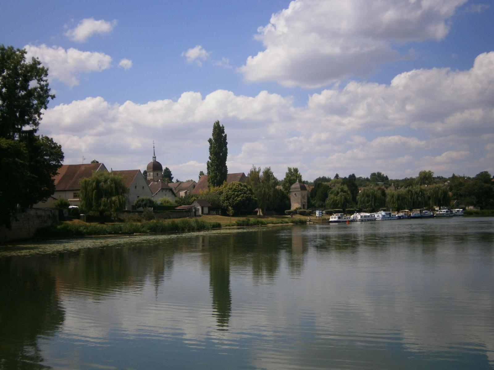Mit dem Hausboot die Dörfer Frankreichs entdecken